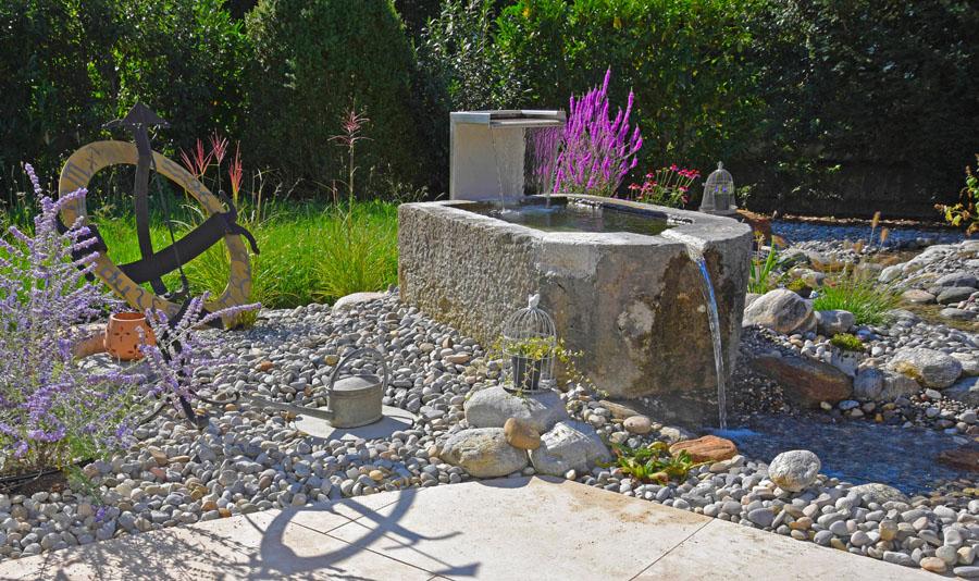 Brunnen Zur Gartenbewässerung : wasser im garten quellsteine bachlauf wasserpflanzen wasserspiele wasserfall teich biotop ~ Whattoseeinmadrid.com Haus und Dekorationen