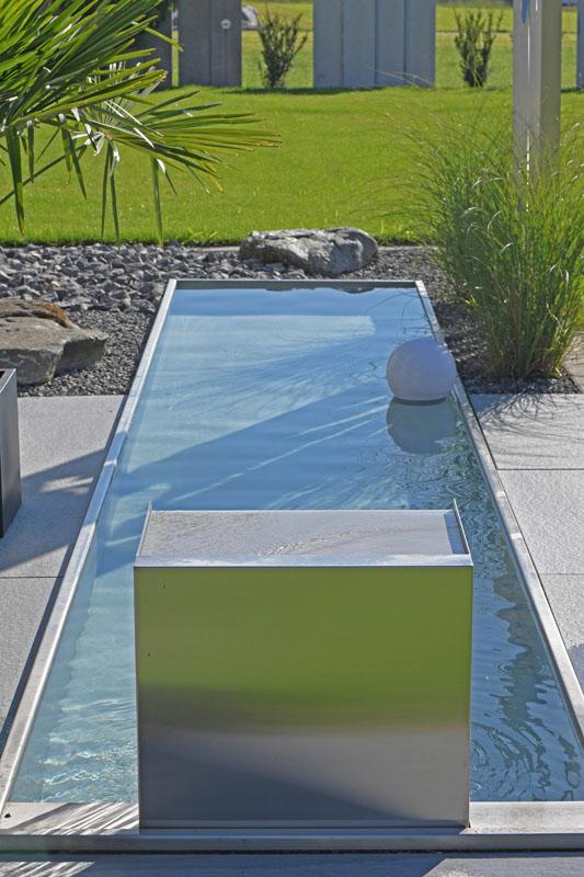 Wasser im garten quellsteine bachlauf wasserpflanzen for Stahlbecken rund